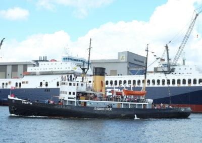 Fast klein wirkt die Stettin gegenüber der Fähre in der Werft