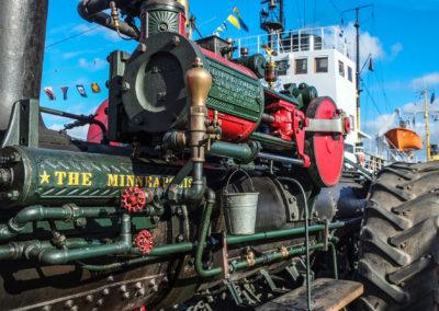 Ein Dampftraktor auf der Hafenpromenade